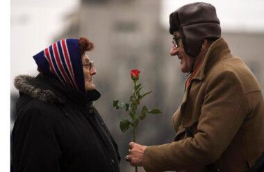 Він дарував без приводу їй квіти. Розповідь яка зворушує