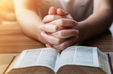 8 важливих причин Молитися вранці. Бог промовляє у тиші.