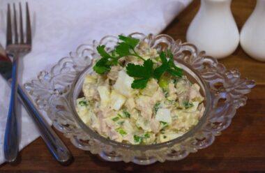 Особливий салат: курка з печерицями, його завжди першим з'їдають.