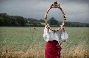 Цікаво, яку магію в собі таять дзеркала і як поводитися з цим предметом, щоб не нашкодити собі