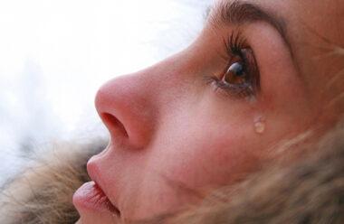 Не стоит женщин обижать, Бог слезы женские считает.