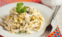 Ніжний салат з курячою грудкою, омлетом та грибами. Все геніально просто, і головне дуже смачно.