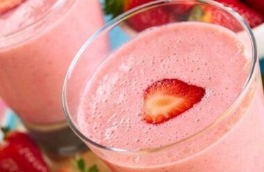 Літній коктейль з полуницею та морозивом — улюблений напій дорослих та дітей.