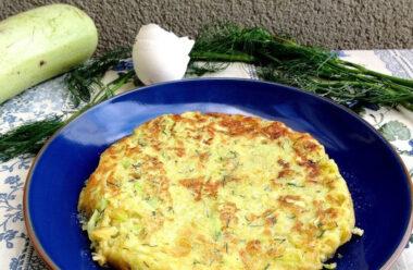 Неймовірно смачний омлет з кабачками і хлібом — найкращий варіант для сніданку