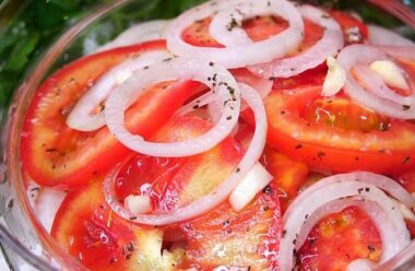 Неймовірно смачний рецепт закуски з помідорів і цибулі. Спробуйте щось нове