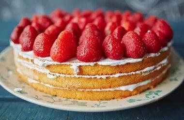 Бісквіт з полуницею — літній десерт, який зараз готують усі господині