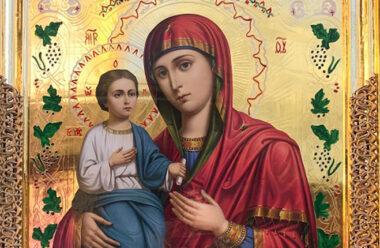 Сильна молитва до чудотворної ікони Божої Матері «Троєручиця». Вона допомагає під час душевного неспокою, хвороби рук та ніг.