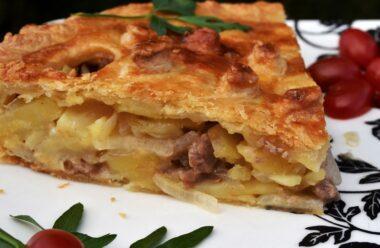 Це дуже смачно: м'ясний пиріг з картоплею. Ним можна нагодувати всю сім'ю