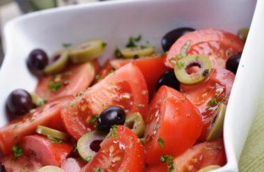 Чудовий літній салатик, на приготування якого потрібно всього декілька хвилин