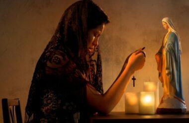 Молитва перед сном до Пресвятої Богородиці, яку слід читати кожного вечора, щоб подякувати за прожитий день.