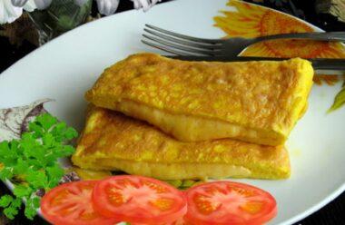 Смачні яєчні «конвертики» з сиром саме для вас. Потіште себе цікавим та смачним омлетом.
