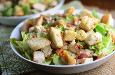 Батон, куряче філе і сир — Неймовірно смачний салат. Забирайте рецепт приготування.