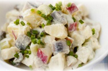 Ситний салат з оселедця та картоплі, який прийде до смаку усім.