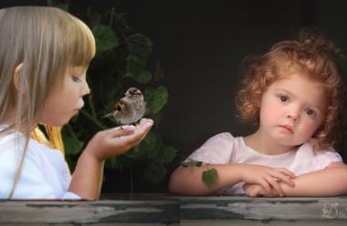 Повчальна притча: Про двох неслухняних дівчаток, та горобця.