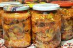 Салат з баклажанів та грибів на зиму. Виходить ситний та смачний