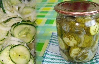 Смачненькі огірки з цибулею, рецепт без стерилізації. Відмінна закуска на зиму