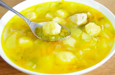 Смачний та швидкий курячий суп з сирними галушками. Його люблять як дорослі, так і діти