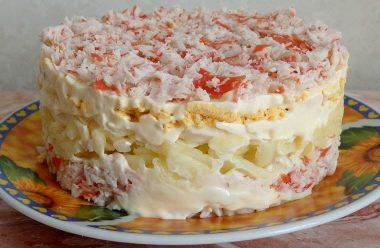 Смачний та ніжний салат «Сніжний краб». Містить всього 4 інгредієнти та викладається шарами