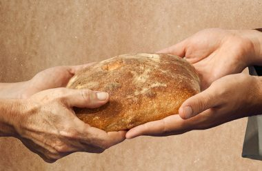 Як правильно поводитися з хлібом, та чому його в жодному разі не можна позичати