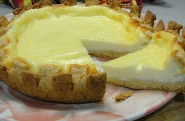Банка сметани, кілька яєць — і ніжний та смачний  пиріг «Сметанник» готовий