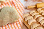 Рецепт тіста на сметані для вареників та пельменів. Не рветься та не злипається