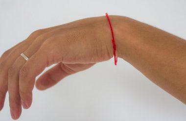 Чи захищає людину червона нитка на руці, та що про це говорить церква
