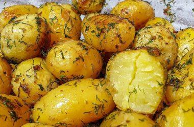 Швидкий та дуже смачний рецепт приготування молодої картоплі в духовці. Просто пальчики оближеш